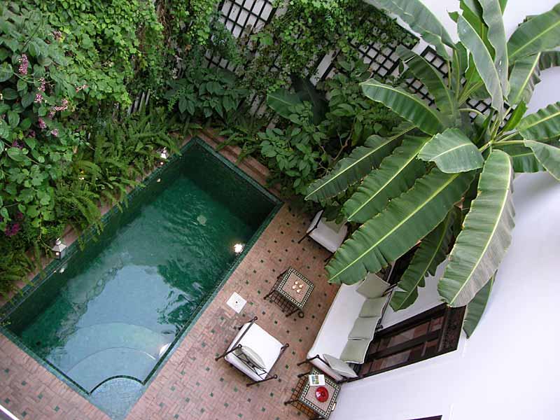 Descubre el hotel riad dar vedra en la medina de marrakech for Decoracion patio con piscina