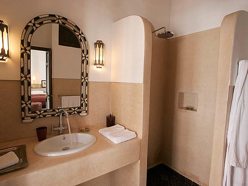 Descubre el hotel riad dar vedra en la medina de marrakech for Salle bain marocaine