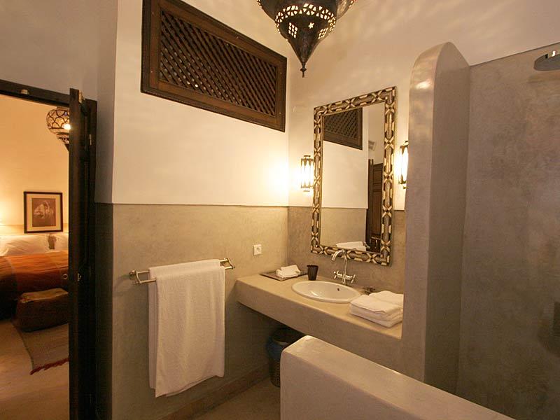 Descubre el hotel riad dar vedra en la medina de marrakech for Hotel salle de bain ouverte