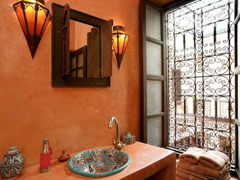 Descubre el hotel riad les jardins de mouassine en la - Cuartos de bano con estilo ...
