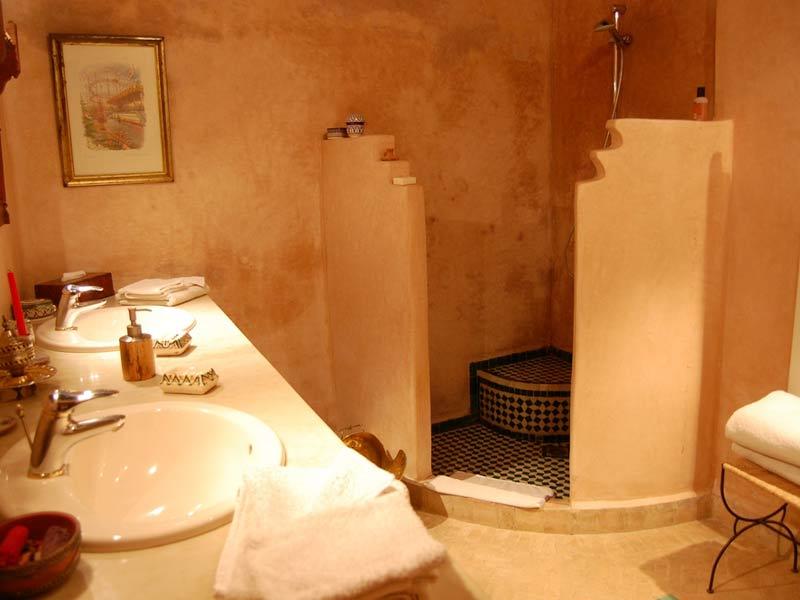 Descubre el hotel riad mabrouka en la medina de fez for Decoracion banos estilo arabe