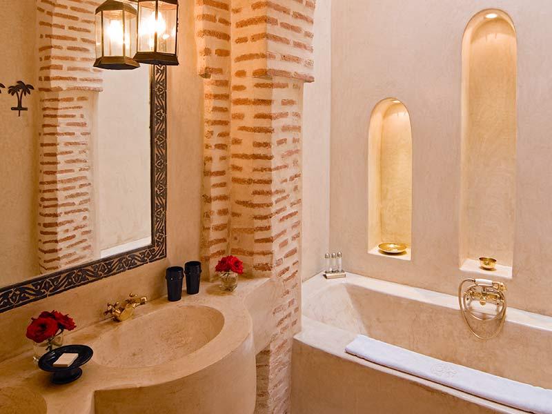 Baños Estilo Colonial:Descubre el hotel Riad Tzarra en la medina de Marrakech